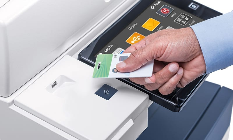 Person scannt Arbeitsausweis