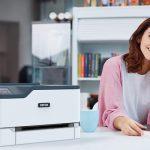 Xerox® C230 Multifonktionsdrucker Büro Frau